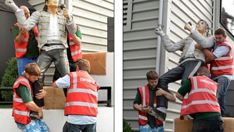Махнаха статуята на Майкъл Джексън от стадиона на Фулъм, Йол не успя да я купи