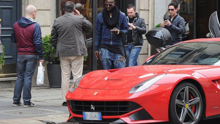 Марио Балотели релаксира с Ferrari и наргиле