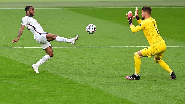Гредата попречи на Стърлинг да даде аванс на Англия в самото начало на мача