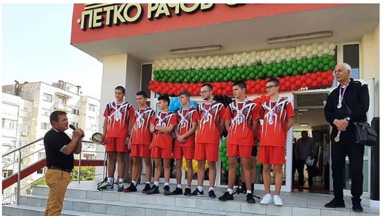 Посрещнаха с бурни аплодисменти и овации световни шампиони по волейбол