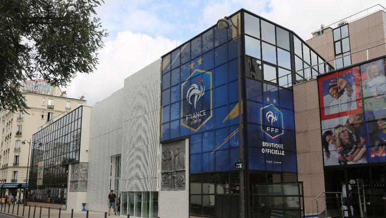 Осъдиха френската федерация заради шеф, който целувал подчинена насила