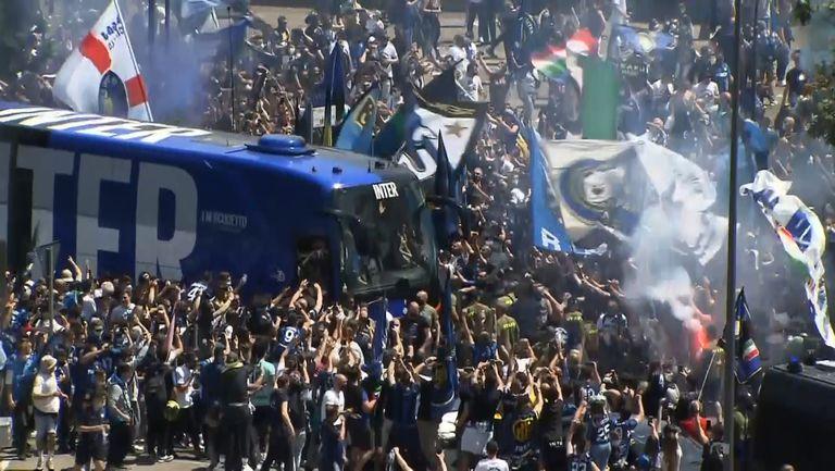 Хиляди празнуващи фенове на Интер посрещнаха отбора преди срещата с Удинезе