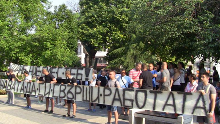Стотина фенове на Локо Пд излязоха на протест