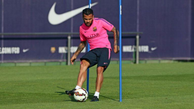 Дани Алвеш остава в Барселона