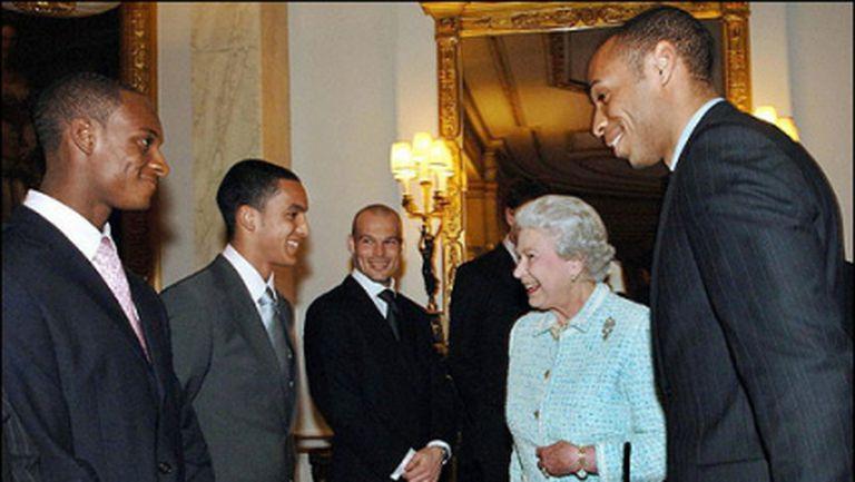 Елизабет II е от Арсенал - ето кои знаменитости подкрепят топотборите в Англия
