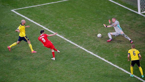 Левандовски изравни резултата срещу скандинавския тим. Полша все още мечтае за пълен обрат