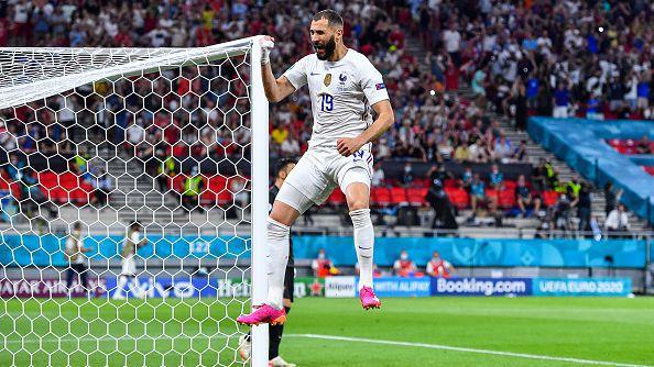 """Страничният съдия се опита да отнеме втория гол на Бензема, но ВАР се намеси и """"петлите"""" вече водят в резултата"""
