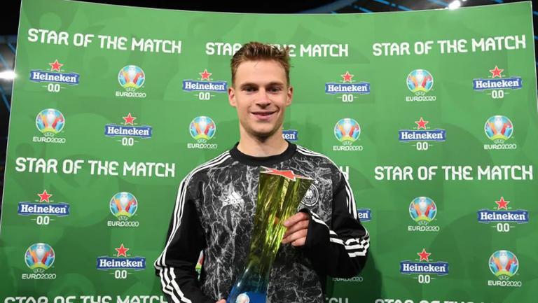 Йошуа Кимих с приза за Играч на мача Германия - Унгария