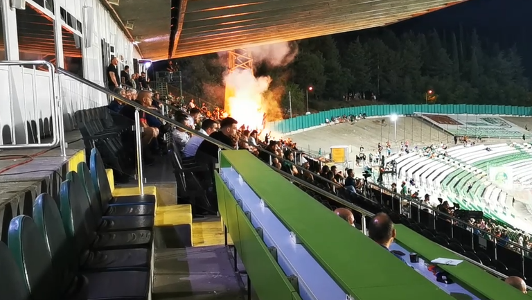 Агитките на Берое и Локомотив запалиха факли в началото на второто полувреме
