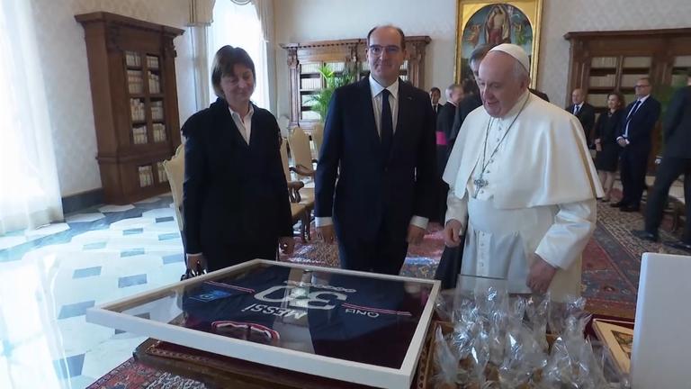 Папа Франциск получи фланелка с автограф от Меси