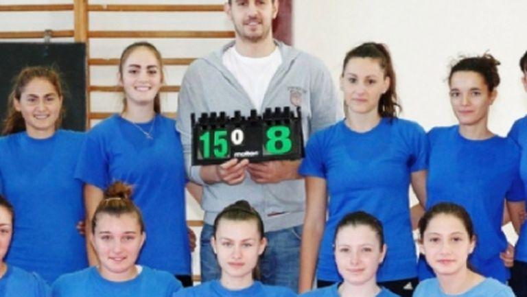 Георги Братоев игра волейбол с девойките на Звезди 94 (видео)