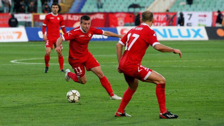 Стойчо Младенов избра 20 футболисти за дербито