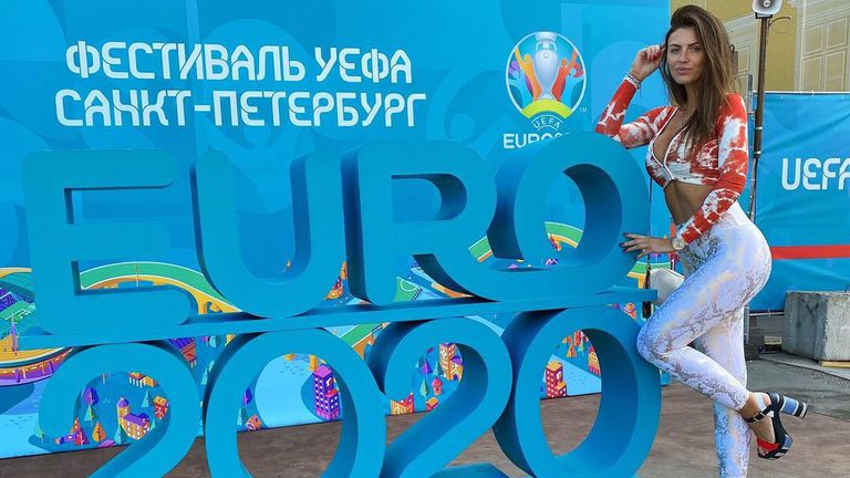 Полска фенка показа пищни форми на Евро 2020