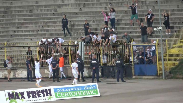 Феновете и играчите на Славия празнуват след победата над Левски