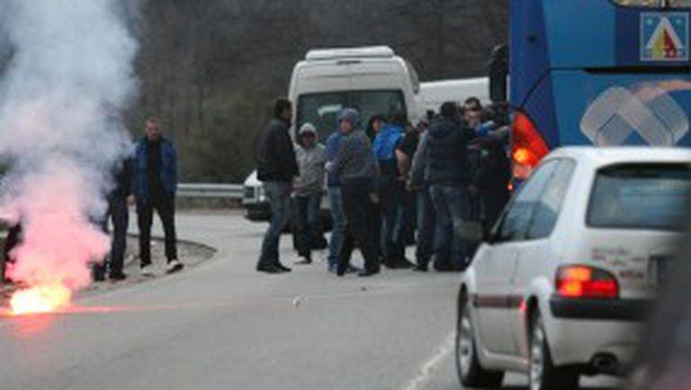 Бесни фенове спряха автобуса на Левски и поискаха обяснение (видео+снимки)