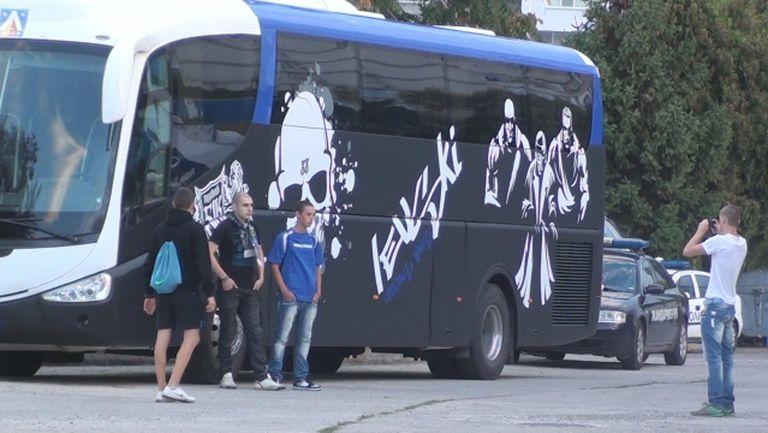 Феновете на Левски показаха брандирания си луксозен автобус