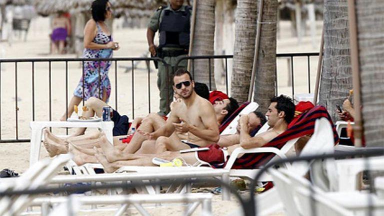 Испанските футболисти разпускат на плажа (фотогалерия)