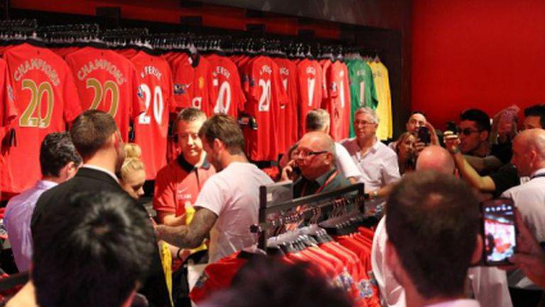"""Бекъм предизвика суматоха в магазина на Ман Юнайтед, купи си фланелка """"Шампиони 20"""" (видео)"""