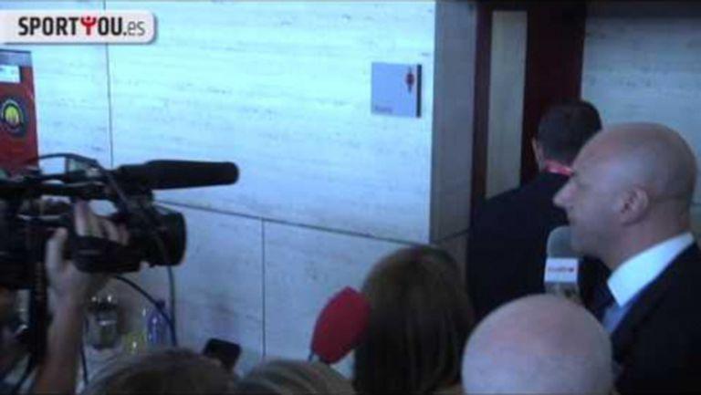 Смях! Сандро Росел избяга от журналисти в дамската тоалетна (видео)