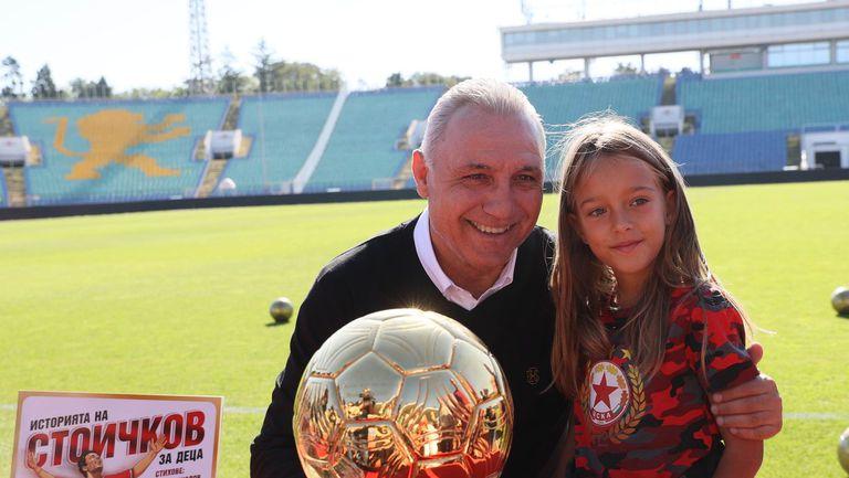 Христо Стоичков зарадва малчугани и обеща, че ще посети дербито с Левски