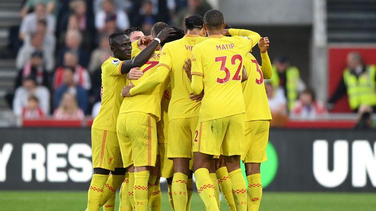 Ливърпул не успя да се възползва от ситуацията, но излезе еднолично на върха след 6-голов трилър