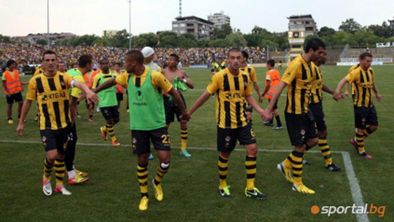Ботев пристигна с 21 футболисти в Бургас