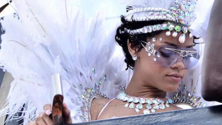 Риана се потопи в карнавалния дух в Барбадос (снимки)