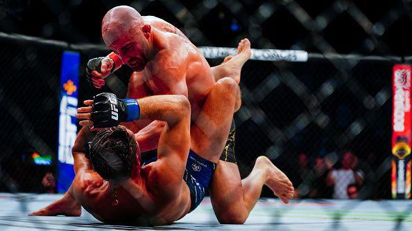 Александър Волкановски доминира над Брайън Ортега на UFC 266