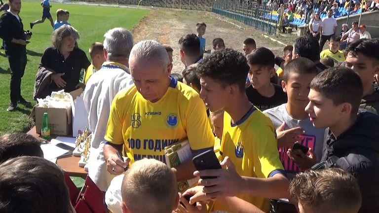 Христо Стоичков раздава автографи на малчуганите в Пловдив