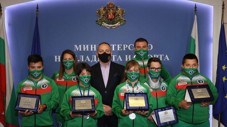 Министър Кузманов се срещна с медалистите и участниците на Световните игри за хора със синдром на Даун