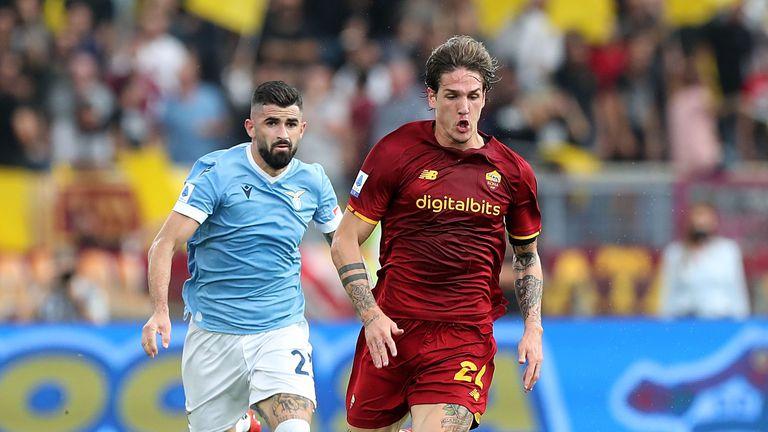 Халф на Рома показал неприличен жест на феновете на Лацио