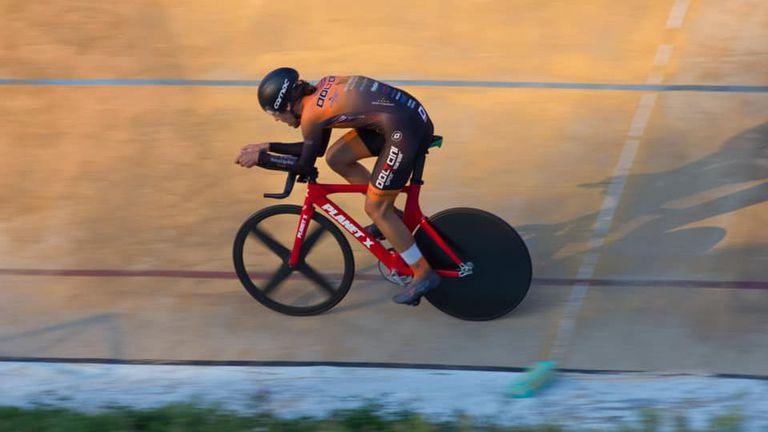 Мартин Попов счупи едночасовия рекорд на открита писта
