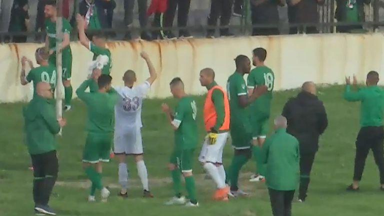 Футболистите и феновете на Ботев (Враца) се радват след победата над Септември (София)