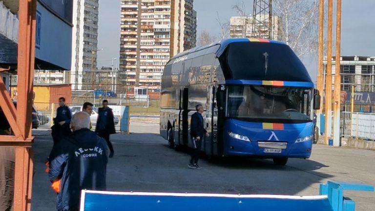 """Футболистите на Левски пристигнаха на """"Герена"""" за дербито със Славия"""