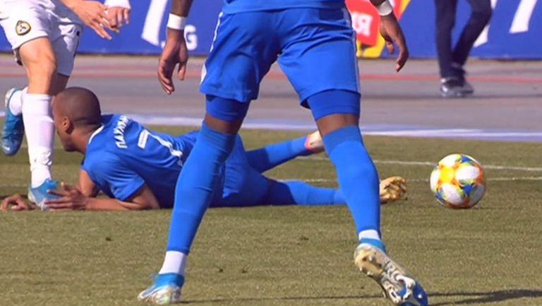 Тежък удар в главата на Паулиньо, бразилецът напусна окървавен терена