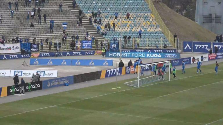 """Феновете изпратиха """"сините"""" играчи с аплодисменти и дарения въпреки резила със Славия"""