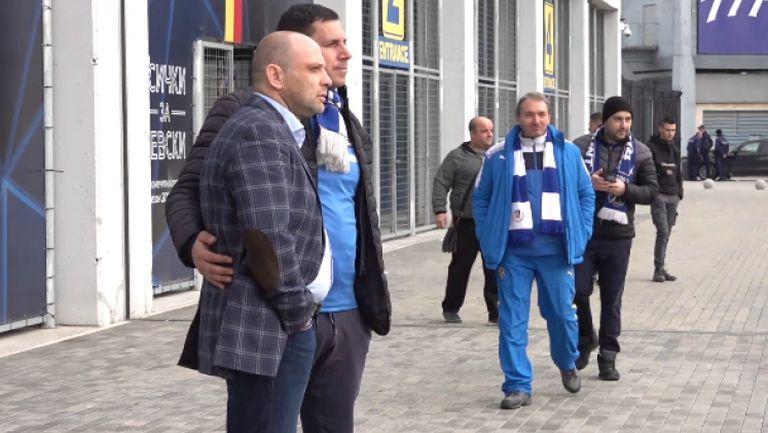 Тити Папазов се снима с феновете на Левски след мача със Славия