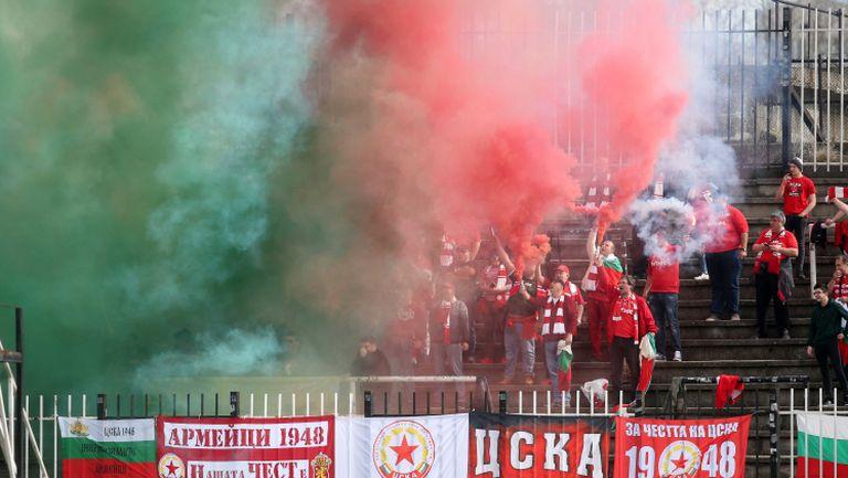 Феновете на ЦСКА 1948 запалиха факли за празника