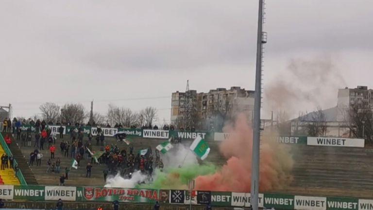 Врачани запалиха факли в началото на мача с Левски