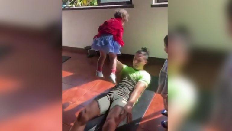 Кристиано Роналдо тренира по интересен начин с децата си