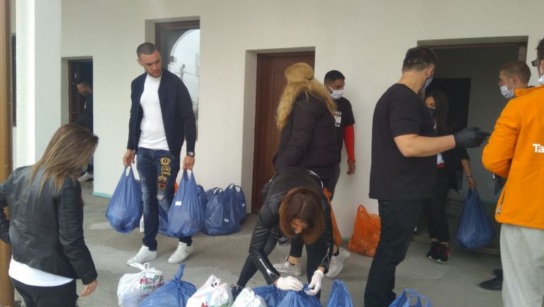 Шампионът по ММА Дани Илиев раздава храна за Великден
