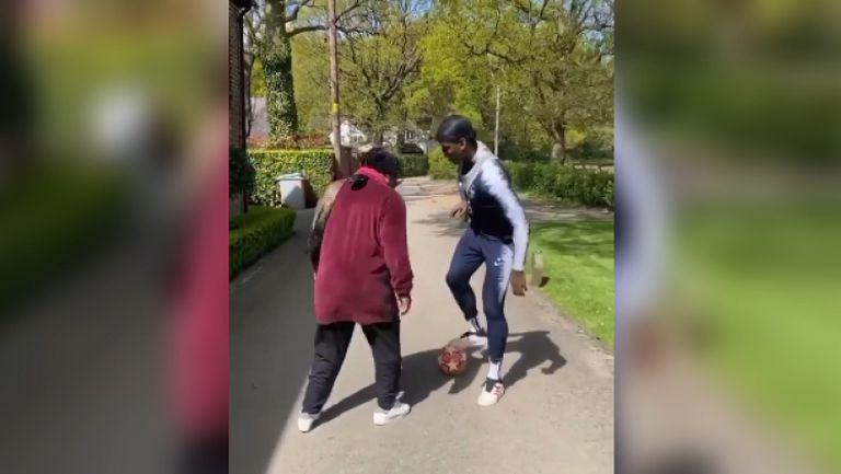 Пол Погба упражнява финтове с майка си