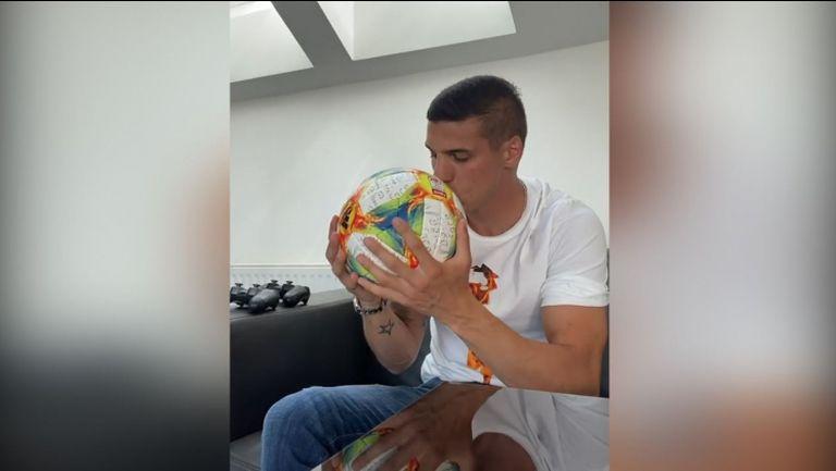 Приятелката на футболист №1 на България за 2018 година - кръгла, шарена и срамежлива