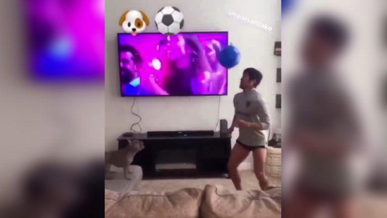Футболист от МЛС тренира с кучето си у дома