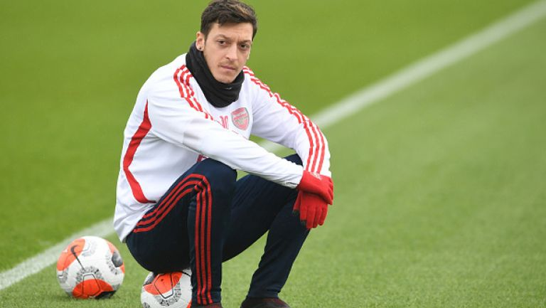 Йозил остава в Арсенал до края на договора си