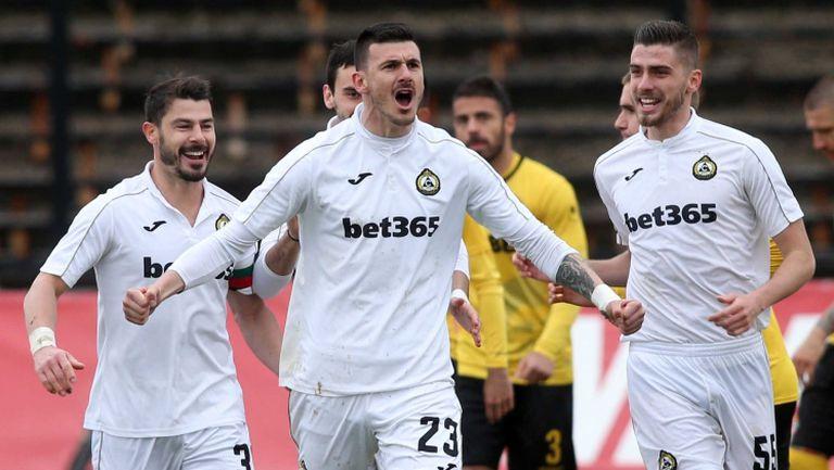 Двама играчи от Първа лига с положителен тест за коронавирус