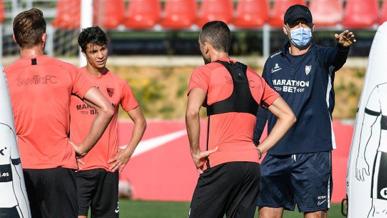 Играчите на Севиля тренират здраво преди подновяването на Ла Лига
