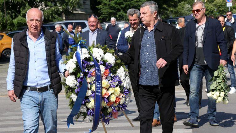 Сини легенди и привърженици поднесоха венци и цветя на паметника на Левски