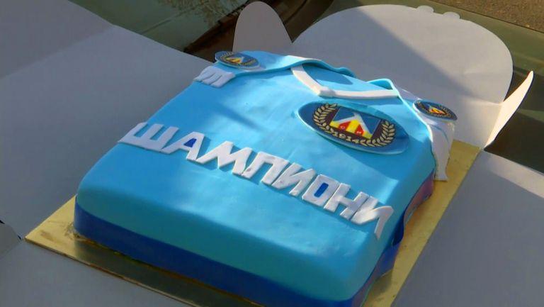 Феновете на Левски продължиха традицията на Бай Петко като донесоха торта за първата тренировка