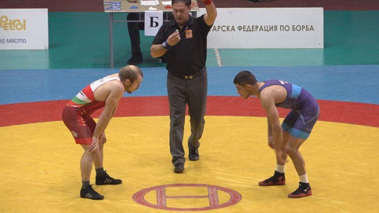 Вангелов победи с технически туш Дубов на държавното по борба
